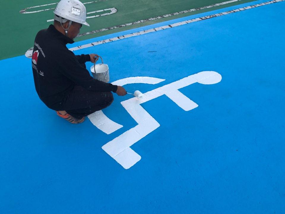 車椅子マークのスペースを青く塗装しました。
