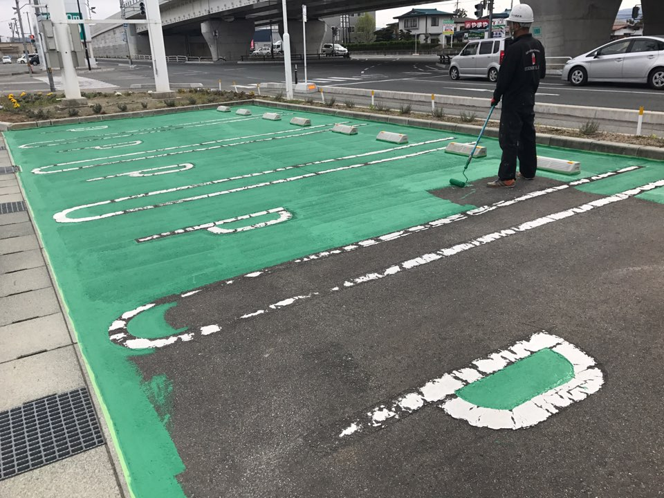 お客様駐車場は緑色に塗装